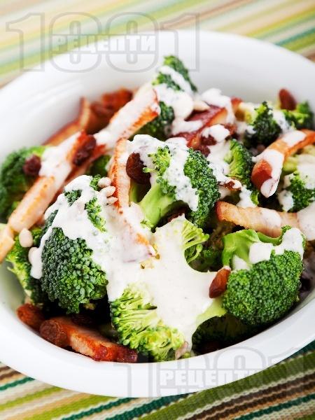 Салата с броколи, стафиди и шунка - снимка на рецептата